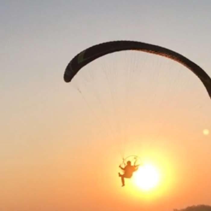 Paramoteur devant un coucher de soleil Ailes en ciel Ferrières-en-Bray Loisirs