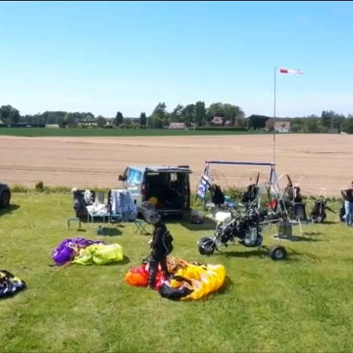 Paramoteurs en préparation avant le vol Ailes en ciel Ferrières-en-Bray Loisirs