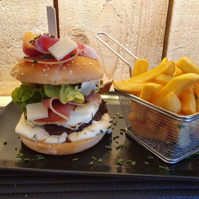 hamburger avec frites restauration rapide snack Aux Anciennes Halles à Buchy brasseries et bistrots