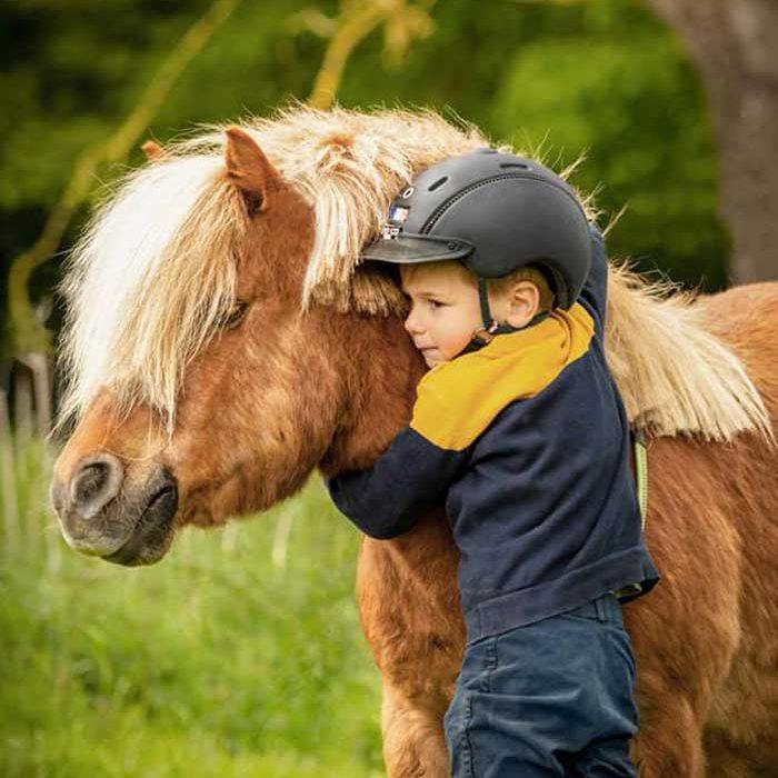 Enfant avec un poney Ecurie Einola La-Chapelle-aux-Pots Loisirs