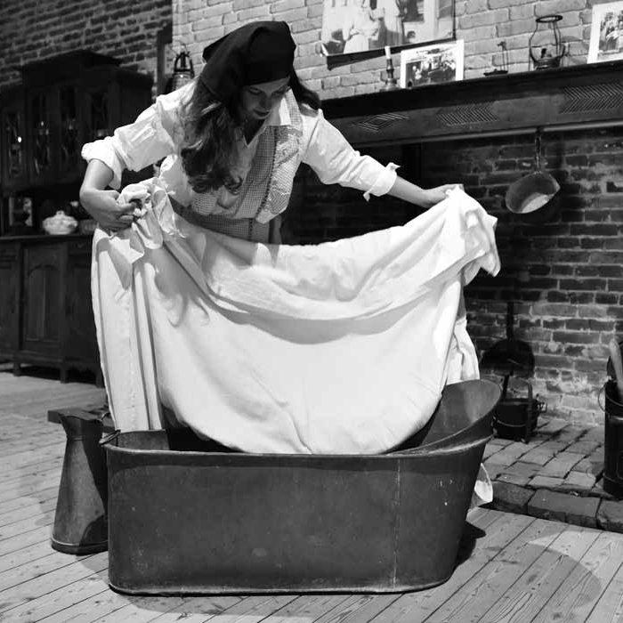 Femme qui nettoie le linge au Musée de la Vie Agricole et Rurale de l'Oise à Hétomesnil Culture et Patrimoine